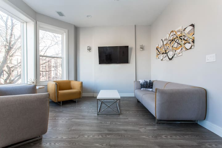 Modern 2BDRM Flat ⚡️Next to Wrigley field and CTA!