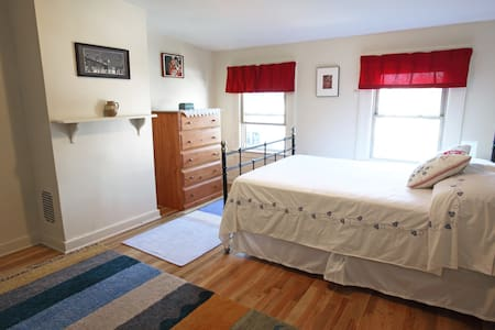 Sunny, calm room in Victorian home - Brooklyn - Bed & Breakfast