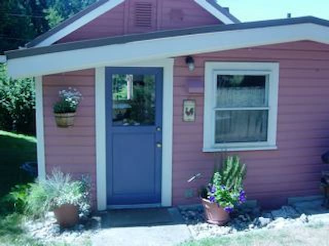 Adorable Pink Cottage,Beach & Views - Greenbank