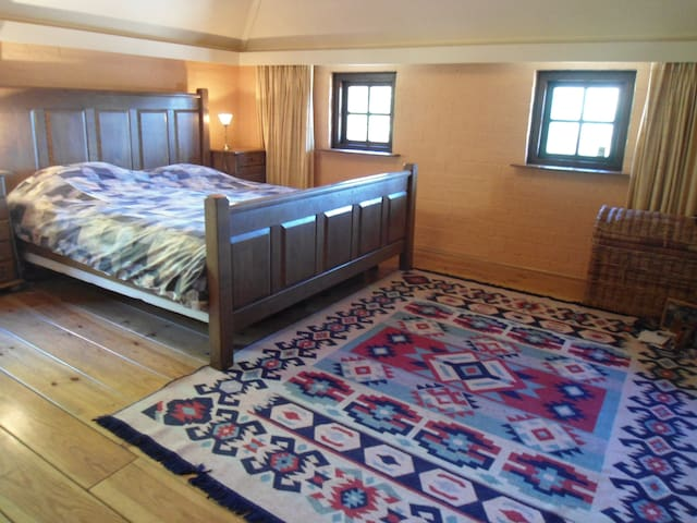 Master Bedroom met groot tweepersoonsbed en wastafel (warm/koud water)