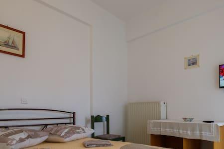 Ρήγας: Όμορφα στο Μεσολόγγι, Διαμέρισμα Β2