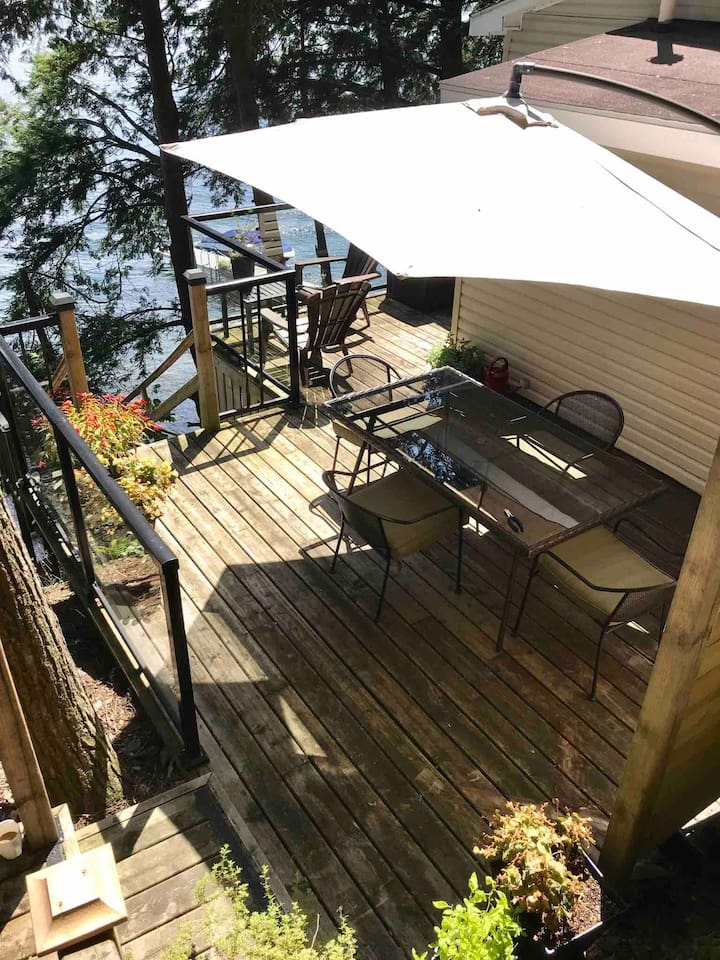 "Enjoy your breakfasts, lunch's and dinners on the full privacy of the ""side"" deck."