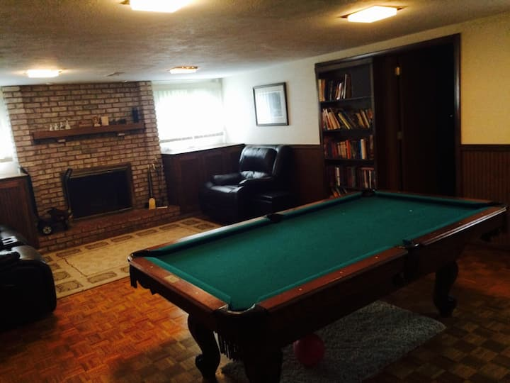 Large home w/pool near Cleveland