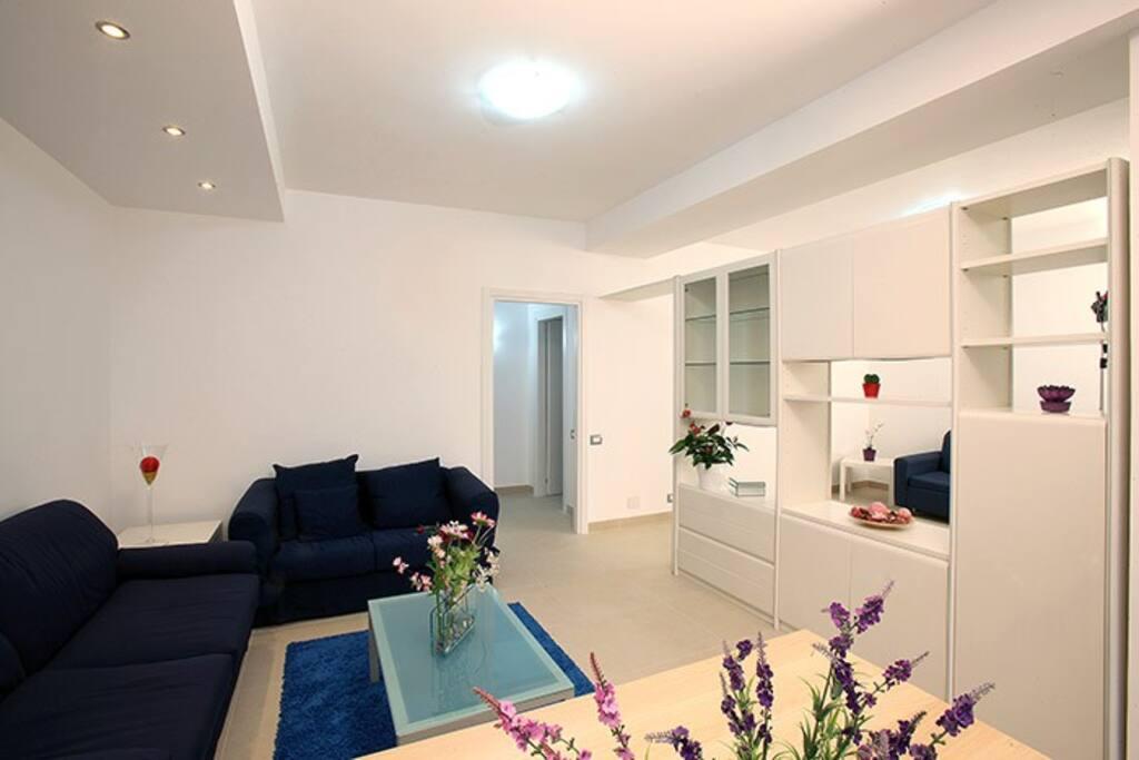 Salone e seconda camera con divano letto.