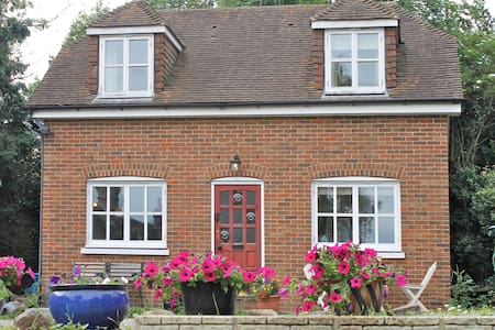 Canterbury 2 Bed Detached Cottage 1 night  or more - Canterbury - House
