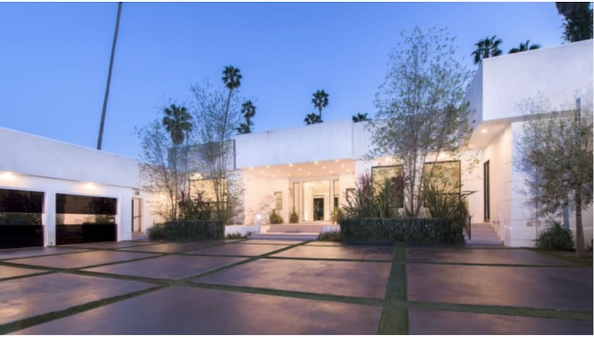 Entertainer's 4BD/7BA Dream House in Beverly Hills
