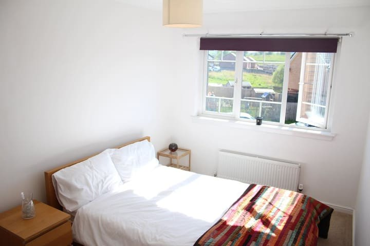 Bright and airy double bed in a quiet, cosy home