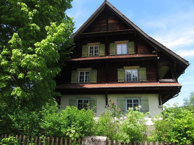 Big, Old and Charming House - Vorderthal - Huis
