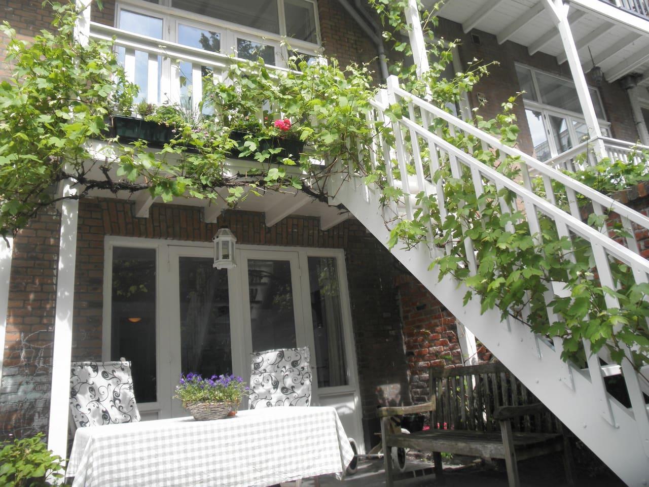 Veranda en trap naar achtertuin