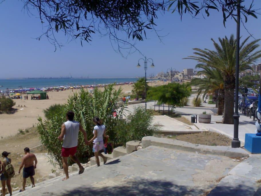 La grande spiaggia Pietre Nere attrezzata e non a soli 200m