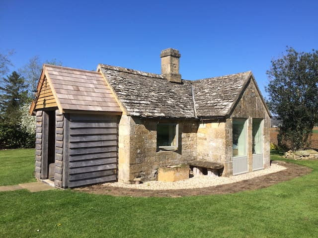 Charming mini cottage bedroom - Winchcombe - Blockhütte