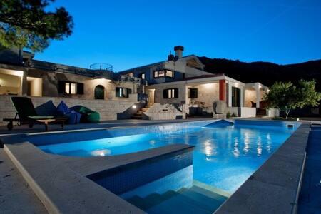 Luxury Villa on the slopes of the mountain Kozjak - Plano - Villa