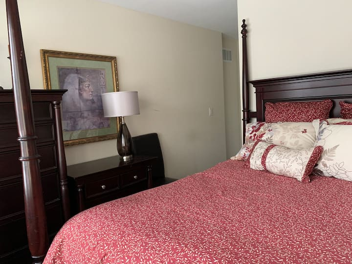 Luxurious bdrm and den at Stonebridge by the Bay