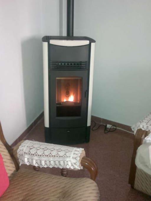 Estufa de pellet en el comedor - Es relajante ver las llamas desde el sofa -