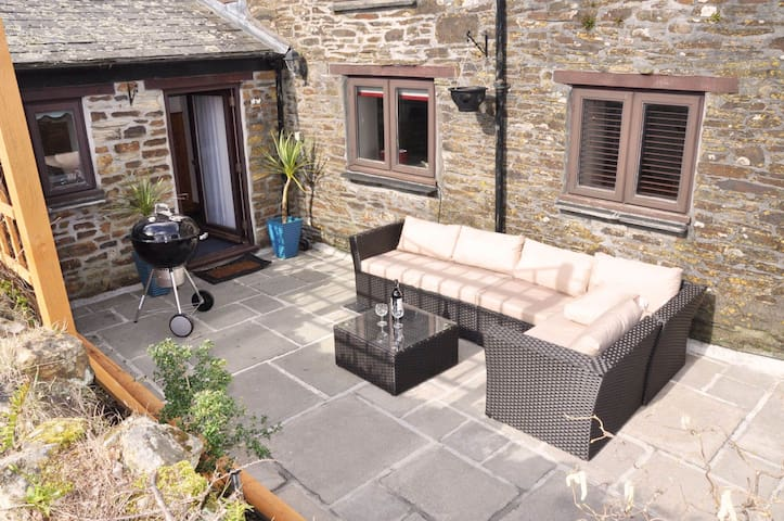 Stylish cottage hideaway with oodles of charm in an AONB near Looe. Pet friendly