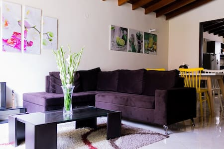 PERFECT LOCATION. BIG HOUSE & ROOM IN LAURELES! - Medellín