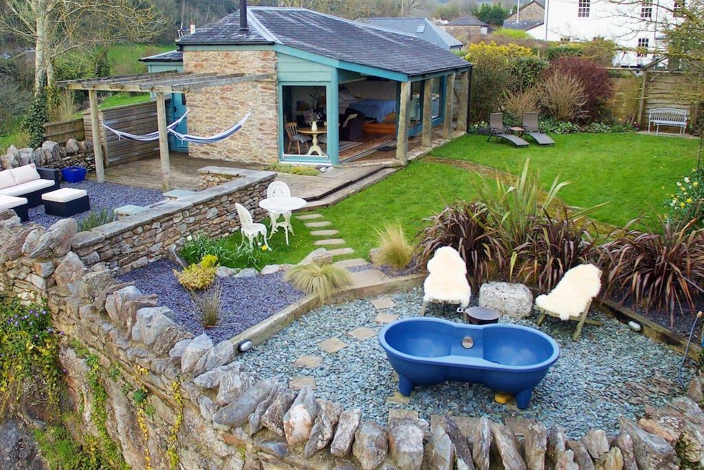 Secret garden - tub, hammocks, BBQ