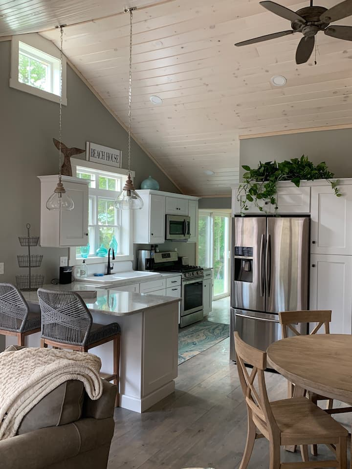 Adorable cottage by Shorts Sands Beach