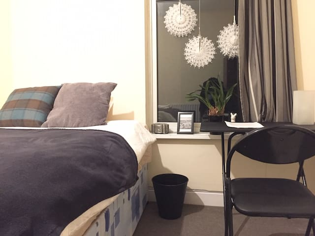 Private quiet room near Uni station & QE