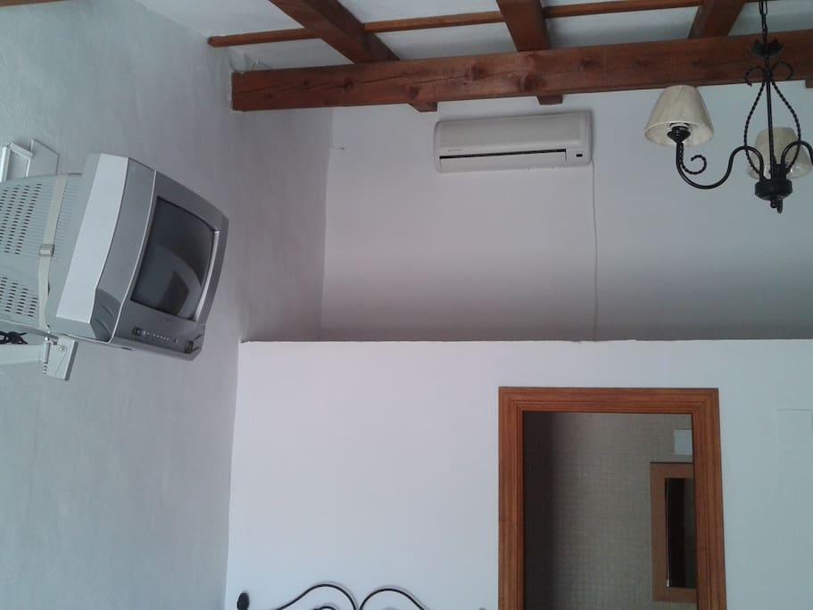 Habitación nº 2 triple, soleada con baño completo, tv yaireqacondicionado / bomba de calor