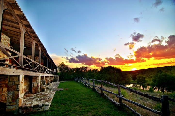 Private River Lodge Sleeps 17 - Brady - Talo