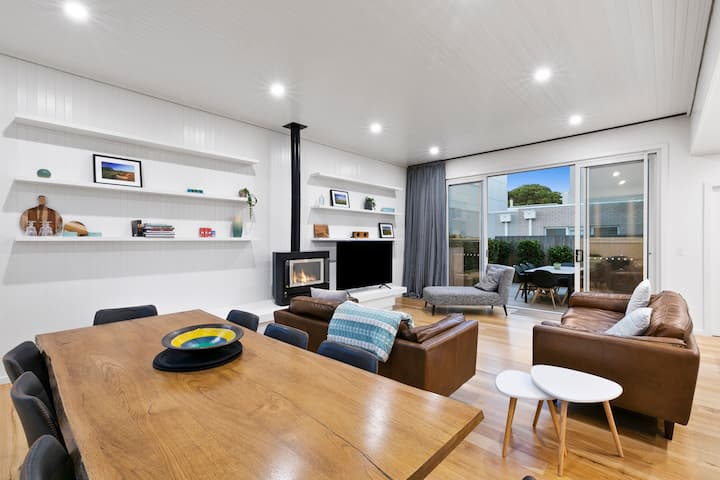 Coastal Townhouse - centrally located in Main St