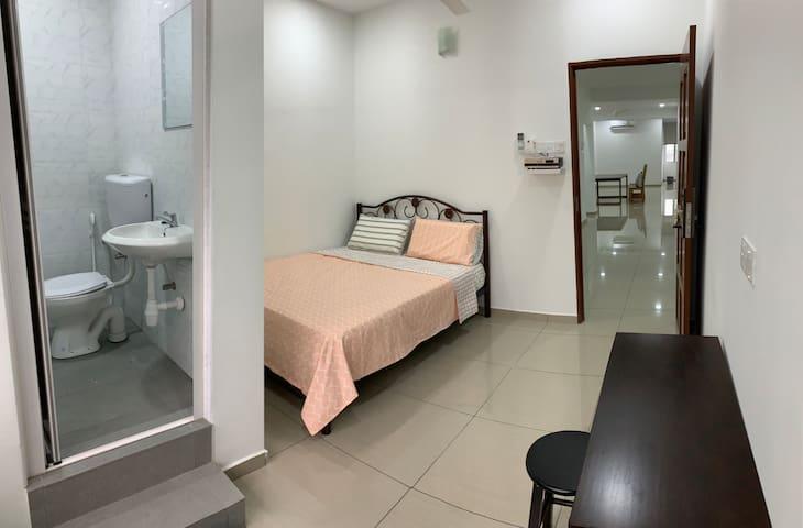 Wow~6 rooms 8 bathrooms! 24 hours Mamak restaurant