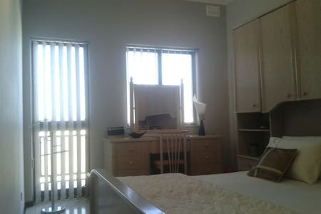 Double bedroom and private bathroom - Is-Swieqi