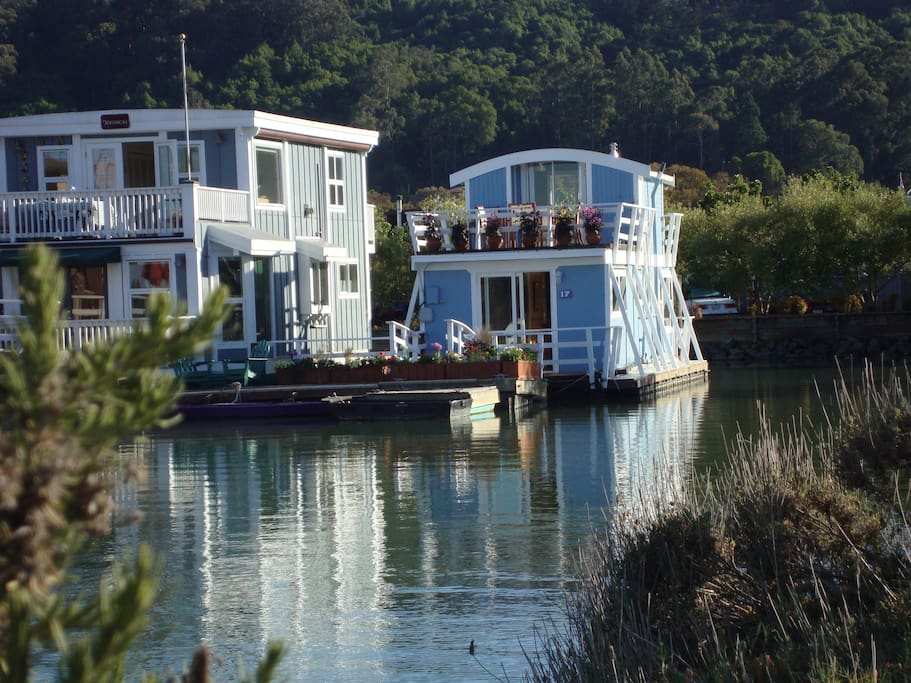 Floating guest cottage houseboat houses for rent in for Houseboats for rent in california