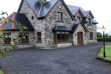 ⭐ Beautiful & Modern Stone House Sleeps 13 +cots ⭐