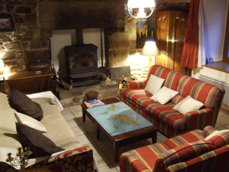 Un salon confortable près de la cheminée