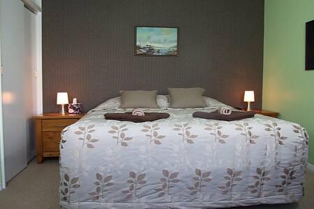 Wellesbourne B&B - The Queen Room - Bed & Breakfast