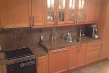 Privé keuken, alleen bij langer verblijf kan hiervan in overleg  gebruik worden gemaakt. Deze bevindt zich in prive woning host