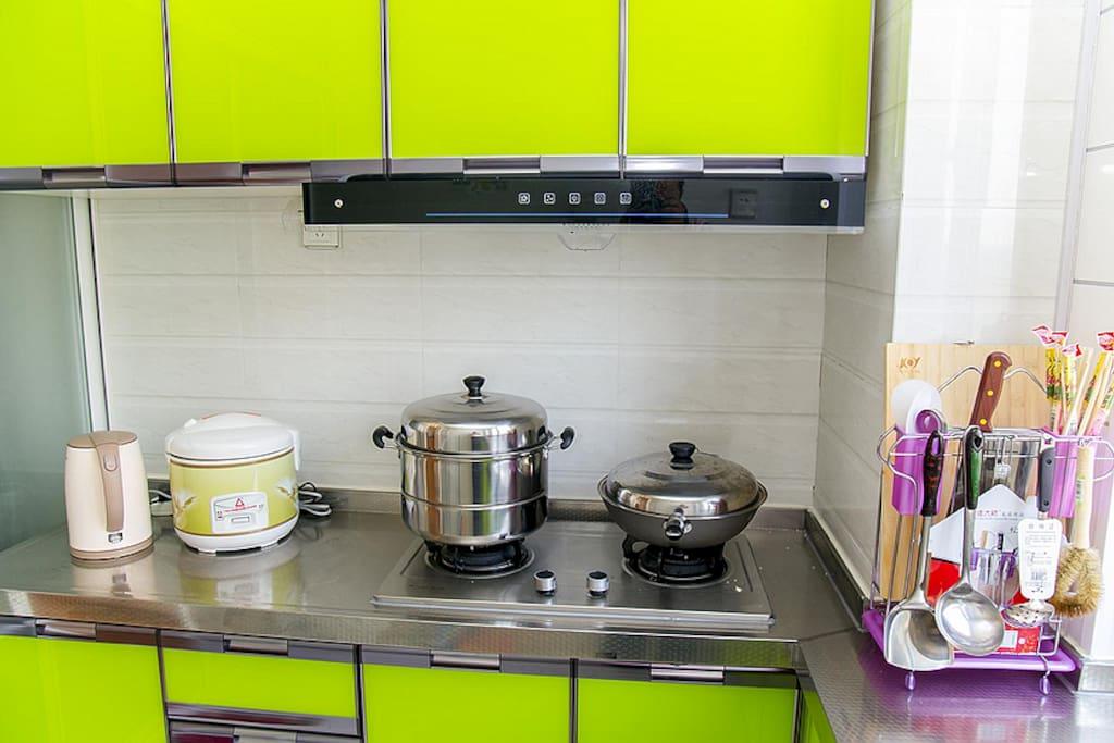 厨房里的做饭做菜的工具,我们再用。我们做完饭 以后可以借给访客用。