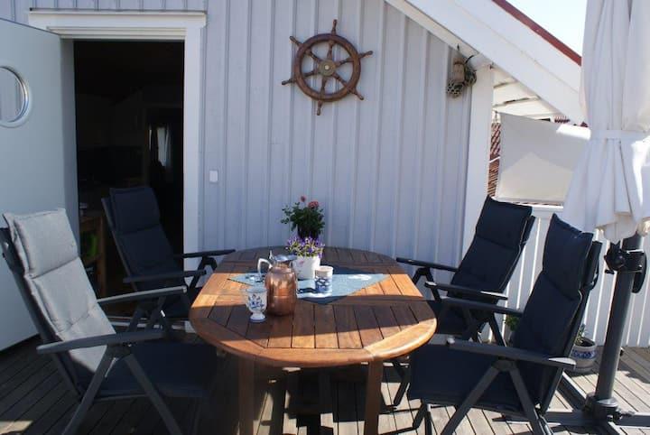 Idyllisk hus med stor terrasse og garasje i Smögen
