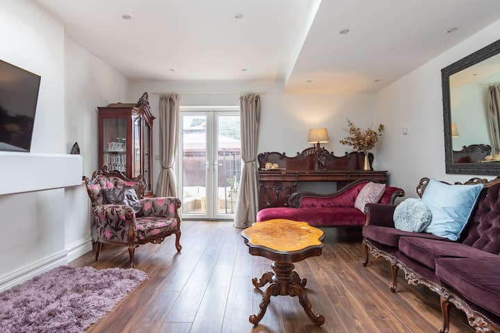 Beautiful 2 Bed Terrace Town Centre House