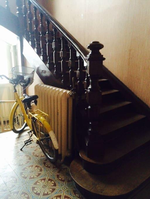 Le hall et mon vélo.