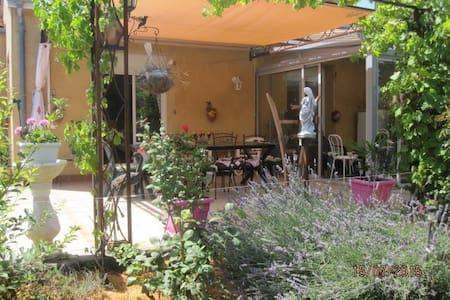 Studio tout confort  en rez de jardin. - Fontenilles - House