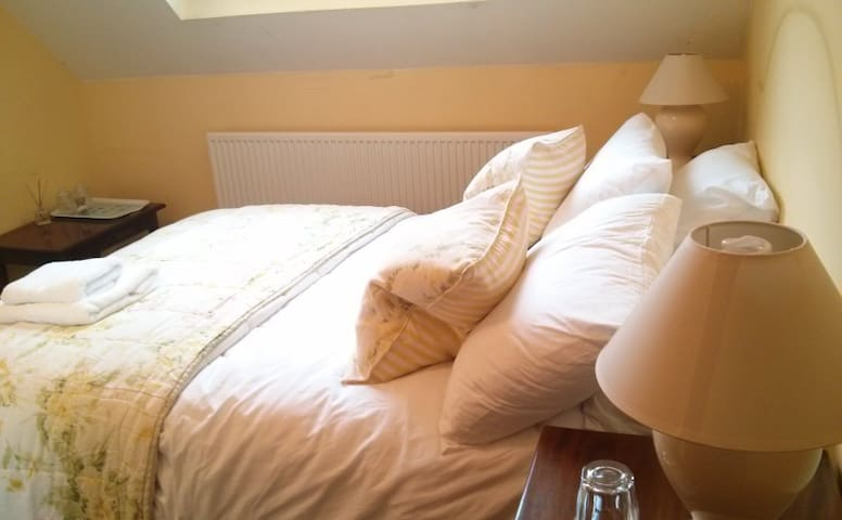 A comfortable double room (B&B) at the inn - Croxton Kerrial - Bed & Breakfast