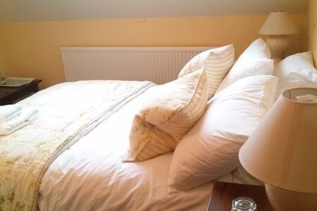 A comfortable double room (B&B) at the inn - Croxton Kerrial