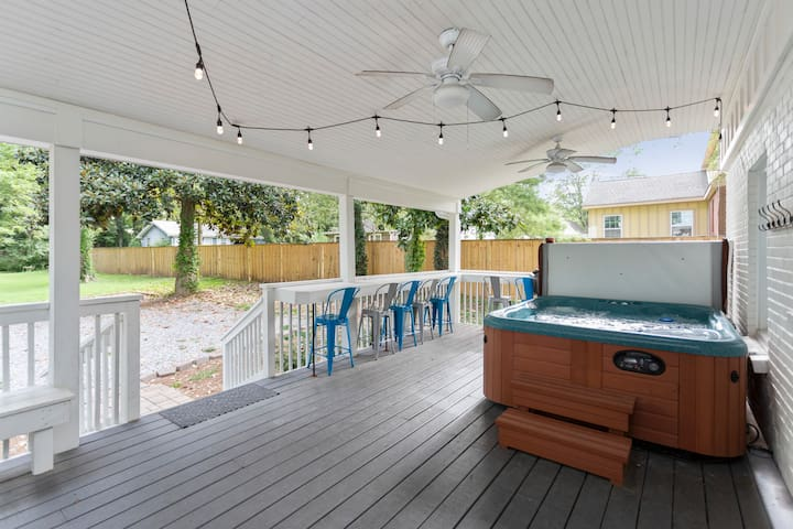 4 bed/3 bath Freshly Renovated, Hot Tub & Firepit!
