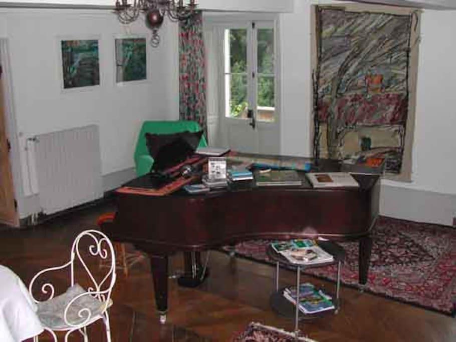 salon de musique donnant sur les 2 terrasses, sud-est -pour le matin-ou sud ouest --pour l'après-midi!