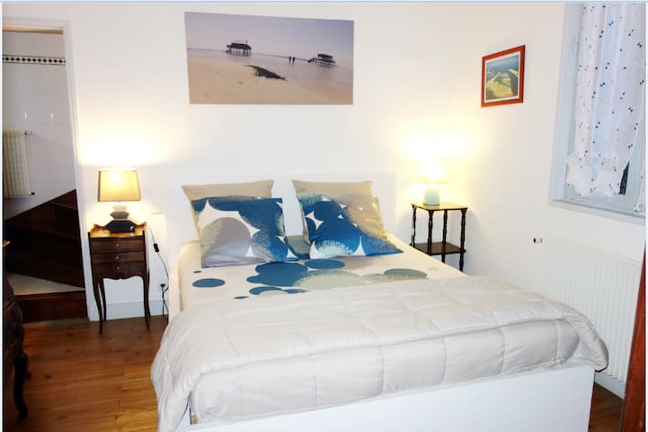 Chambre parentale N°1 lit neuf 160 avec salle d'eau attenante