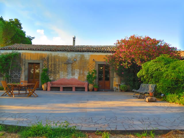 L'uva e il vento: convivial farmhouse on Etna