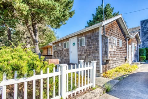 Charming dog-friendly cottage one block from the beach & close to downtown!