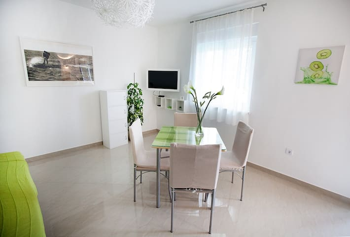 Comfortable apartment next to beach + parking - Omiš - Leilighet