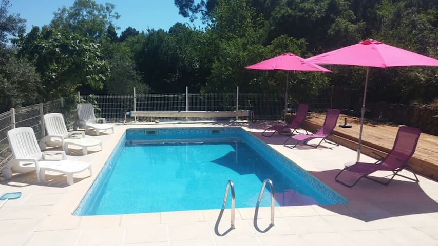 Mirabeau authentic hous, quiet and pool