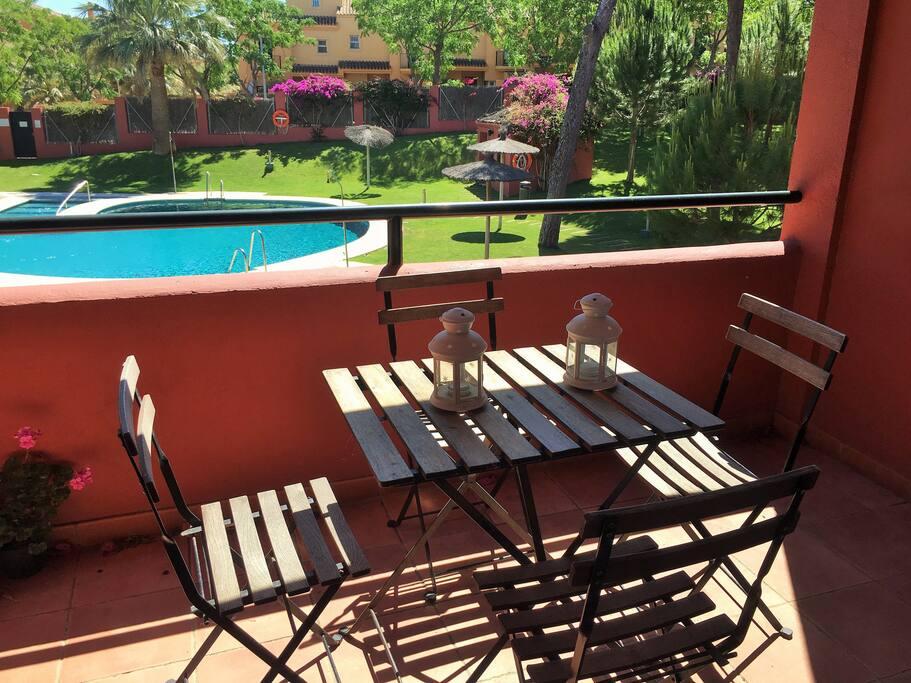 La terraza con vistas a la piscina