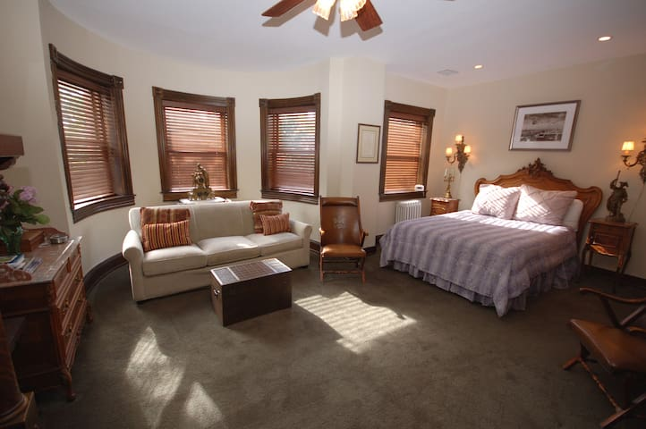 B & B Queen Suite, 2 blocks to metro & 14th St NW!