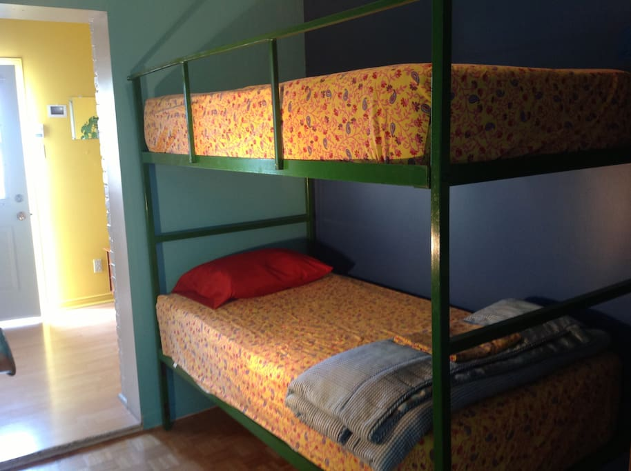 The L room sleeps 4, thanks to this home-made bunk bed frame. Check the size of the mattresses!!